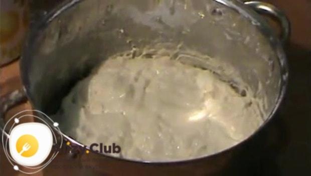 Еще раз тщательно вымешиваем тесто с маслом