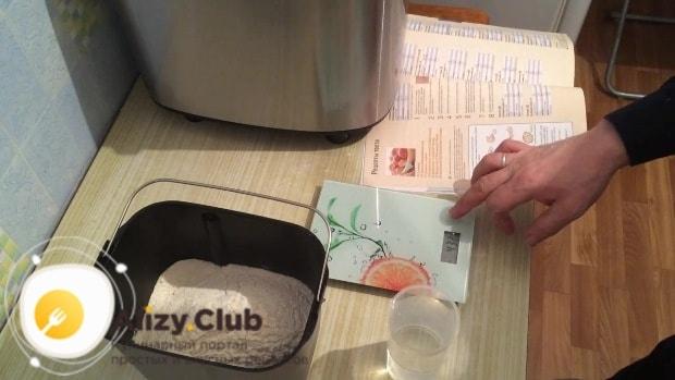 Всыпаем в емкость хлебопечки 250-255 грамм просеянной муки