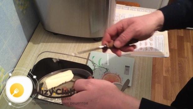К муке добавляем 15 грамм размягченного сливочного масла