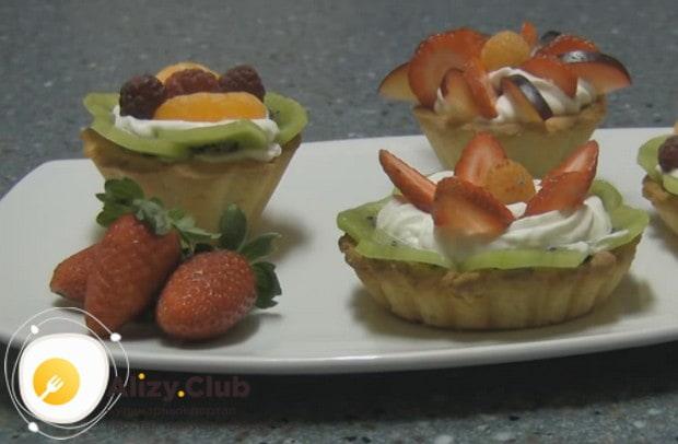 Вкусным и нежным получается пирожное Корзиночка с фруктами.
