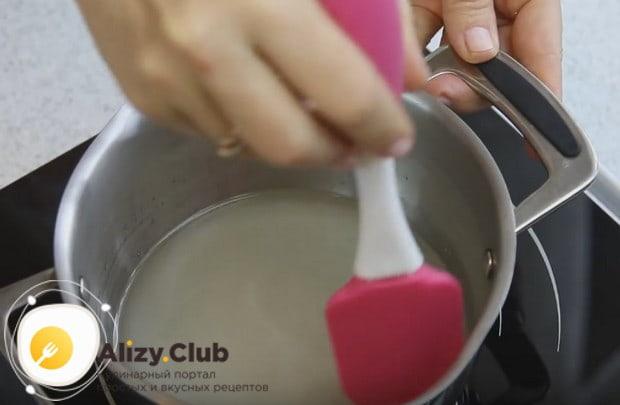 Поскольку пирожное Корзиночка мы будем готовить с белковым кремом, начнем с приготовления сиропа.