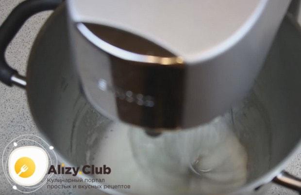 Чтобы приготовить пирожное Корзиночка в домашних условиях, взбиваем белки.