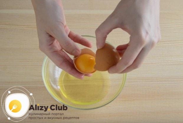 Аккуратно отделяем белки от желтков.