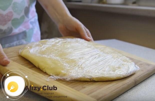 Тесто для пирожного Корзиночки обязательно надо отправить в холодильник.