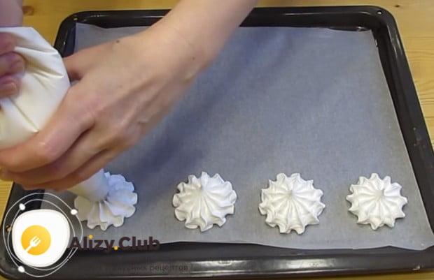 Посмотрите, как красиво можно приготовить пирожное безе при помощи кондитерского мешка.