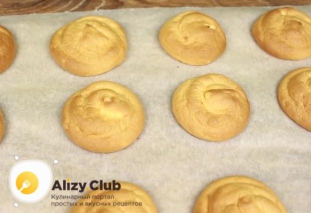 Выпекайте пирожные в разогретой до 180°С духовке 12-15 минут