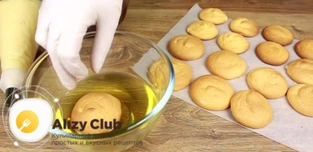 Поставьте на рабочий стол сироп, остывшие пирожные и ганаш