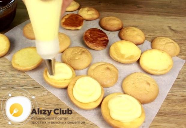 Половину бисквитов переверните пропитанной сиропом стороной вверх