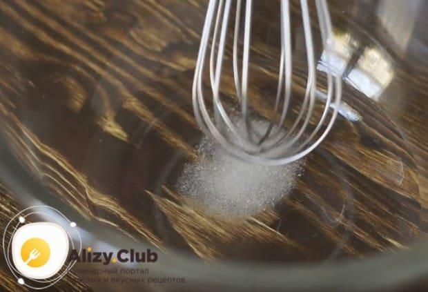 Растворяем в теплой воде сахар.