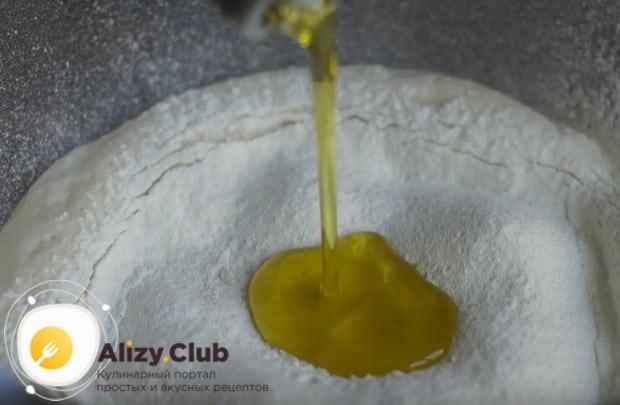 Добавляем в поднявшуюся опару муку и оливковое масло.
