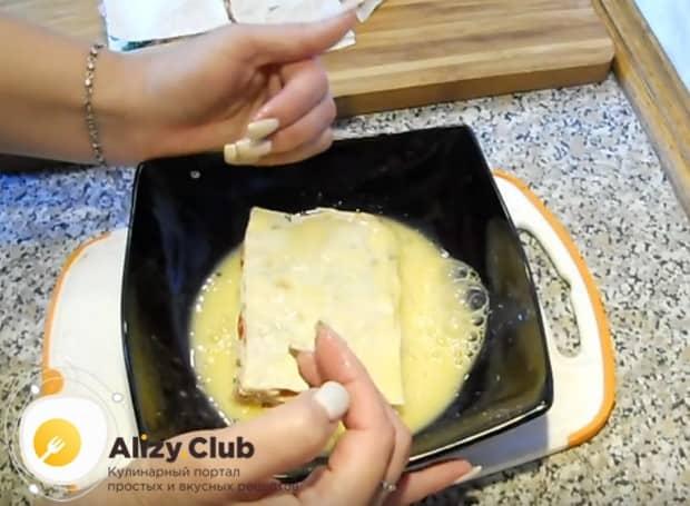С обеих сторон обмакиваем маленькие пиццы в яйцо.
