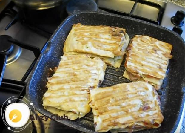 Обжариваем пиццу из лаваша на сковороде до красивой румяной корочки.
