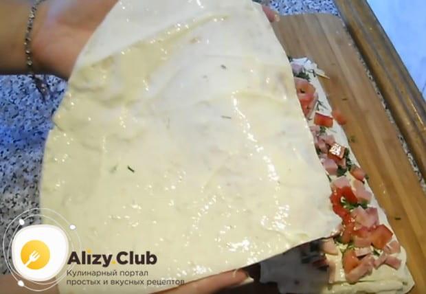 Последний лист лаваша тоже надо смазать сыром.