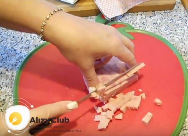 Нарезаем кубиком ветчину.