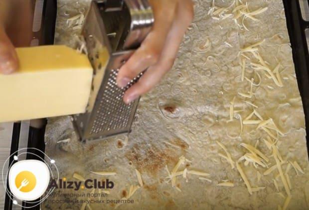 На лаваш натираем на крупной терке твердый сыр.