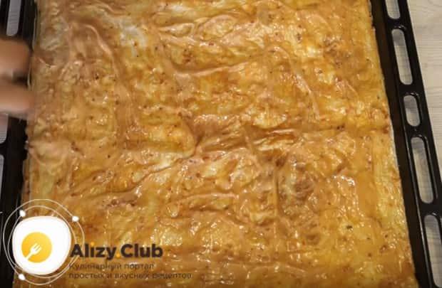 размазываем соус из майонеза и кетчупа по всей поверхности заготовки.