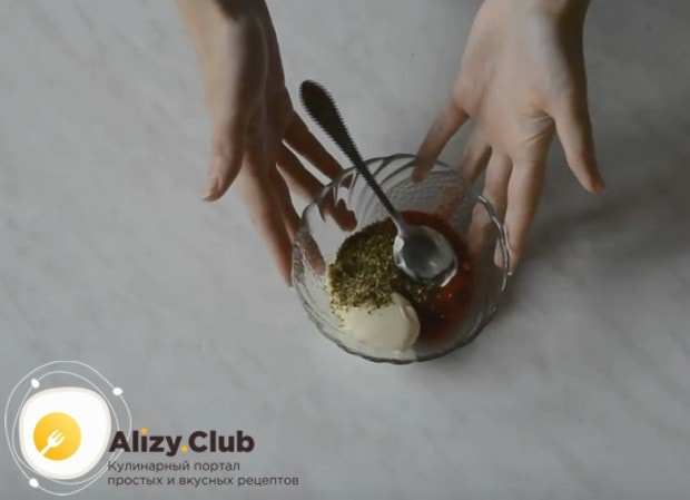 Для приготовления соуса смешайте майонез с кетчупом и специями.