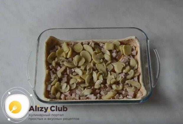 На колбасу выложите слой грибов.