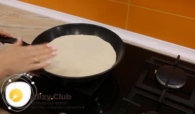 Как готовится пицца на скорую руку на сковороде