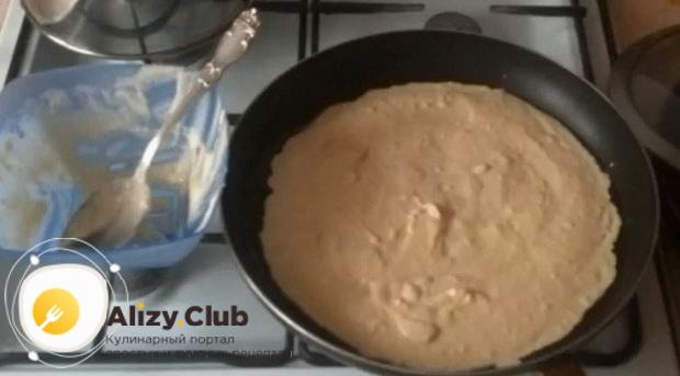 Для приготовления пиццы на сковороде, приготовьте тесто.