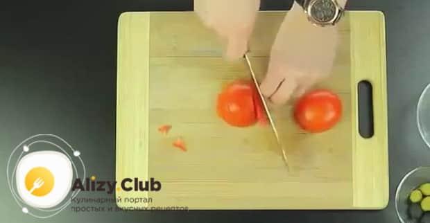 Для приготовления пиццы в мультиварке, нарежьте помидоры.