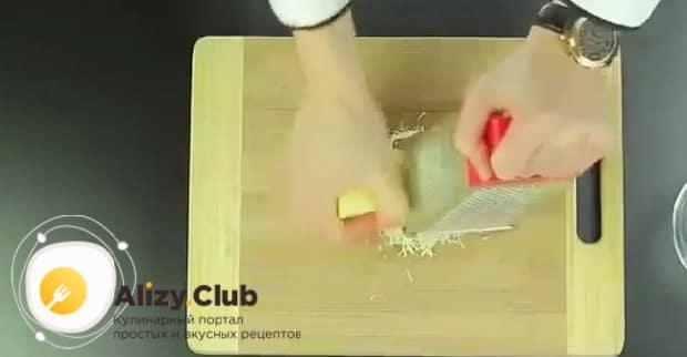 Для приготовления пиццы в мультиварке, натрите сыр.