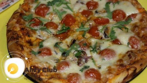 После выпекания пиццу посыпаю оставшимся сыром