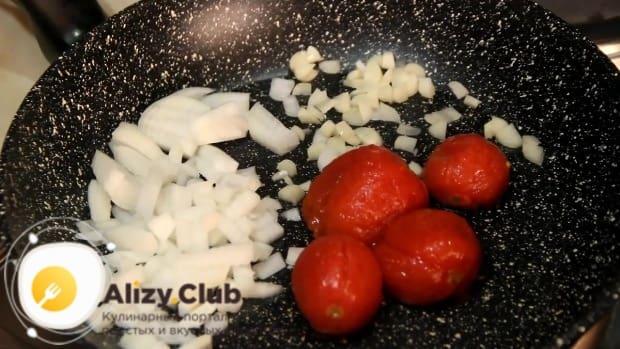 Выкладываю в сковороду с луком четыре помидорчика