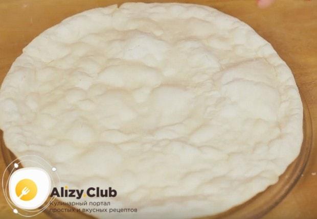 на 5 минут отправляем тесто в микроволновку, чтобы оно немного пропеклось.