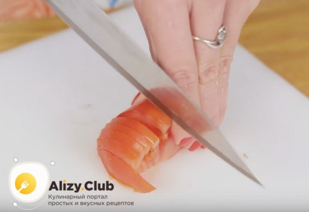 Так же тонко нарезаем помидор.