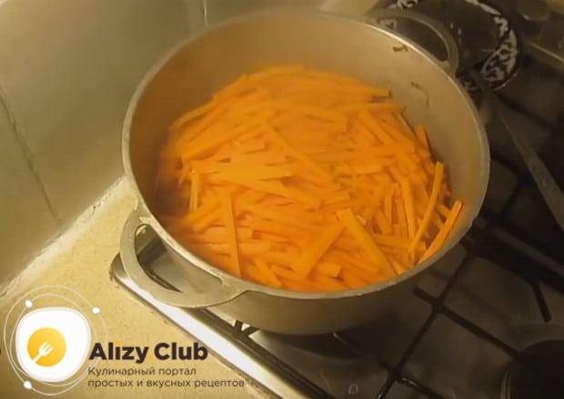 На этой стадии рецепта готовим плов в кастрюле с курицей под крышкой.