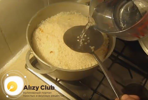 В рецепте приготовления плова из курицы очень важно не перемешивать рис с мясом и овощами до самого конца готовки.