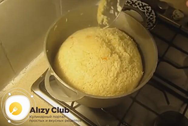 Собираем рис своеобразной горкой при помощи шумовки.
