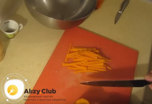 Очищенную морковку нарезаем тоненькой соломкой.