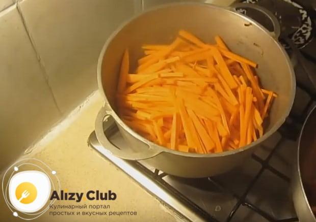 Выкладываем морковь поверх курицы.