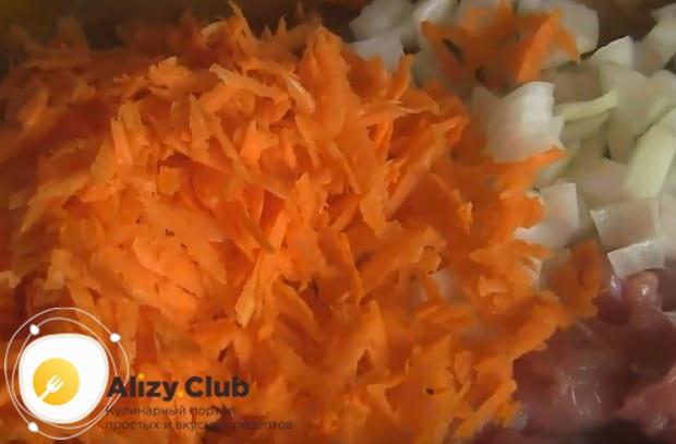 Поотделяв мясо от костей, трем на терке морковку и нарезаем лук.