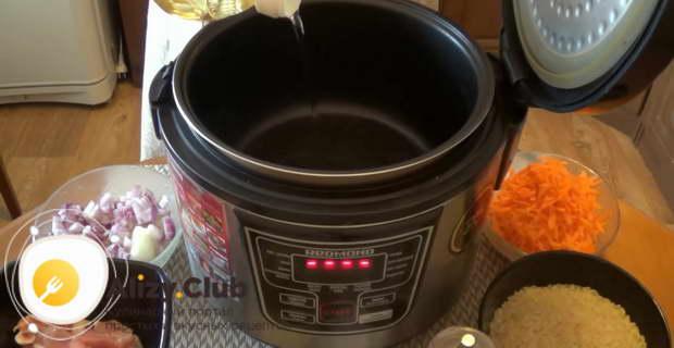 Наливаем 2-3 столовых ложки растительного масла