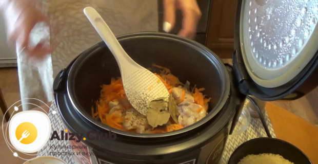 Высыпаем чайную ложку соли, перчим на свой вкус