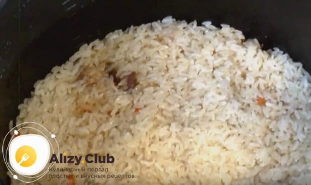 Сливаем воду с риса и ровным слоем выкладываем его на овощи, не перемешивая.