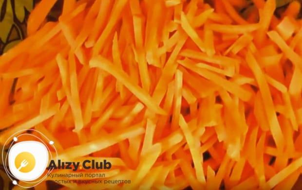Морковку чистим и нарезаем тонкой соломкой.