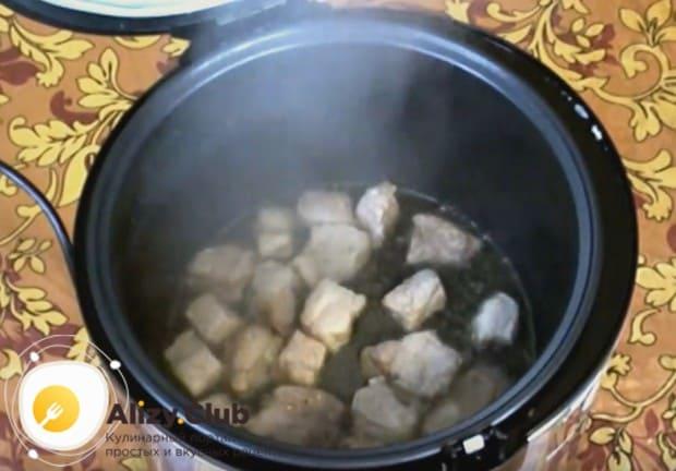 Выкладываем в чашу нарезанную кусочками свинину.