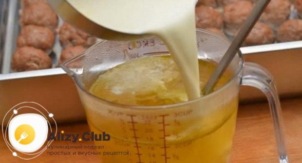 Котлеты можно приготовить со сливочной подливой.