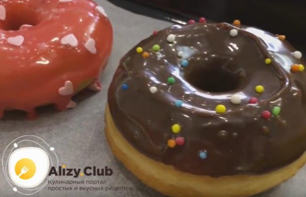 Украсить такой десерт можно сахарной пудрой либо глазурью.