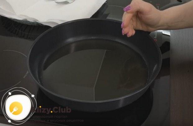 Очень важно хорошенько раскалить растительное масло на сковороде перед аркой изделий.