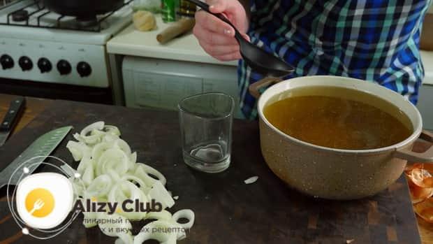Для приготовления бешбармака снимите жир с бульона.