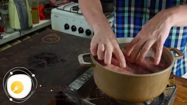 Для приготовления бешбармака поставьте мясо вариться.