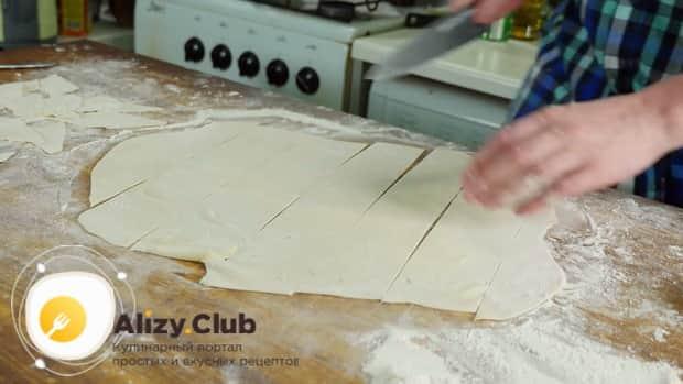 Для приготовления бешбармака разрежьте тесто.