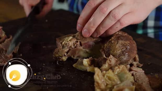 Для приготовления бешбармака нарежьте мясо.