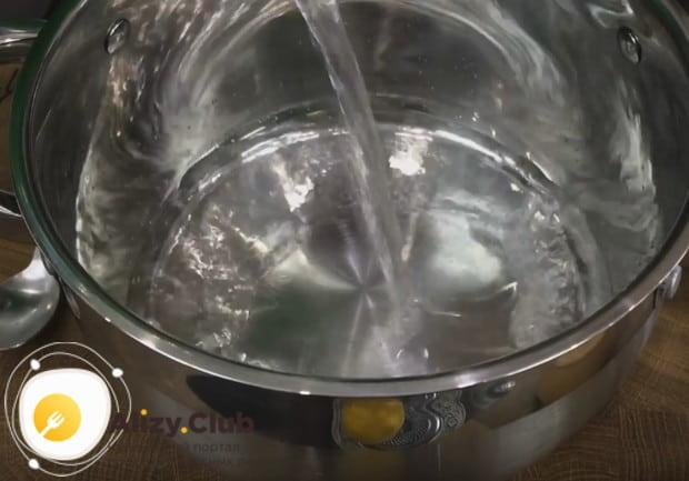 В кастрюлю наливаем воду для овощного бульона.