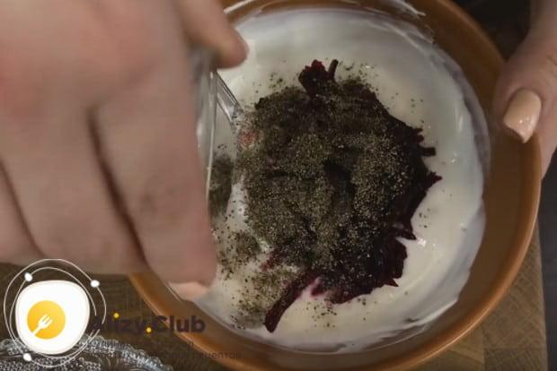 Заправку делаем из сметаны и свеклы, добавляем соль и перец.